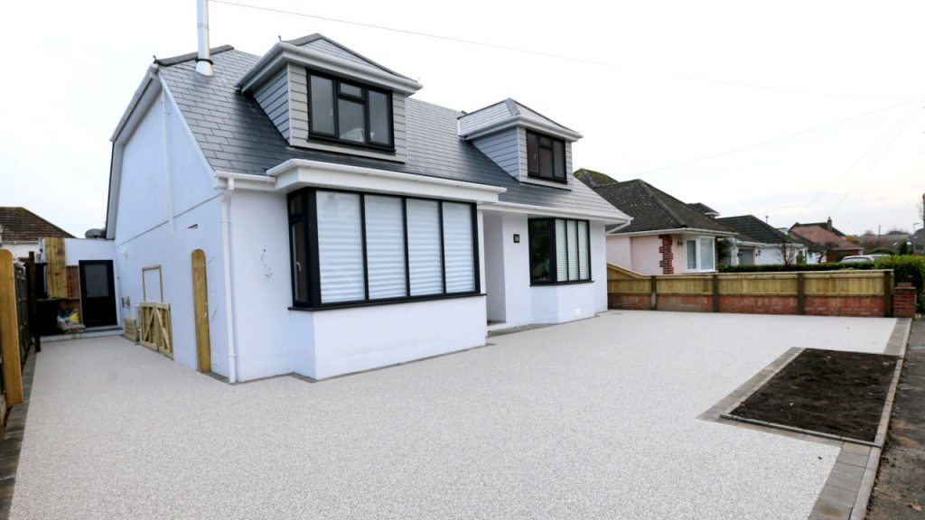 Resin Bound Stone driveway with Arctic Flint gravel.